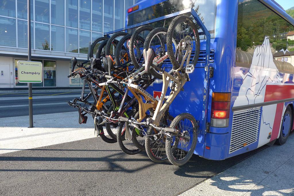 Monthey: le groupe est constitué et les vélos accrochés à l'arrière du bus. C'est plein!